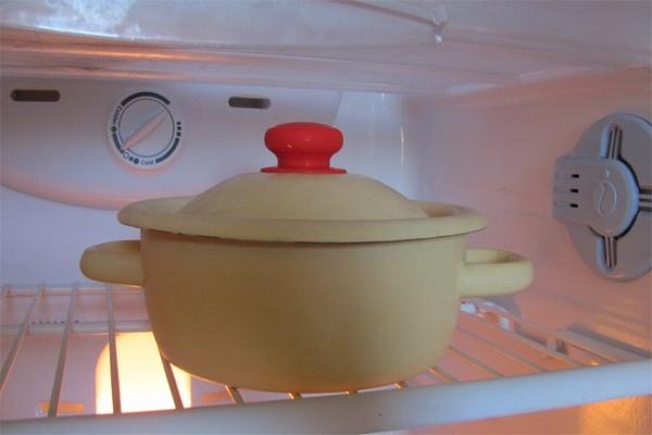 горячая кастрюля в холодильнике,