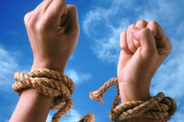 руки связанные веревкой,избавиться от пут,