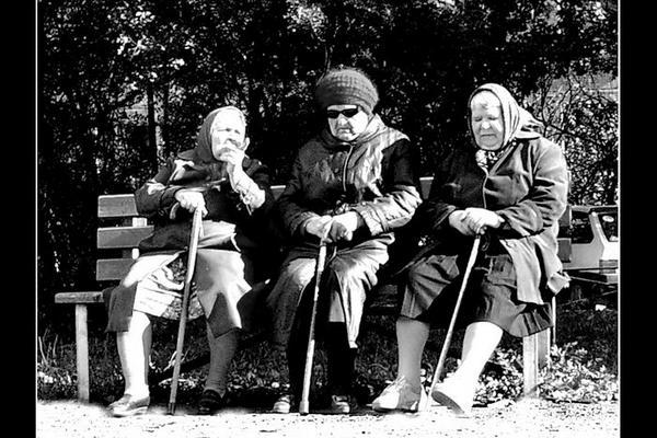 давно здесь сидим,пенсионеры,бабушки на лавочке,