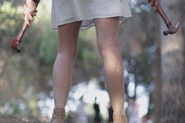девочка с молотком в руке,