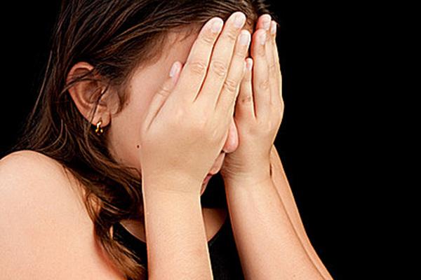 женщина закрыла лицо руками,