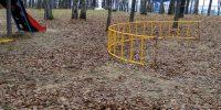 Лестница на детской площадке рухнула на землю вместе с маленьким ребёнком