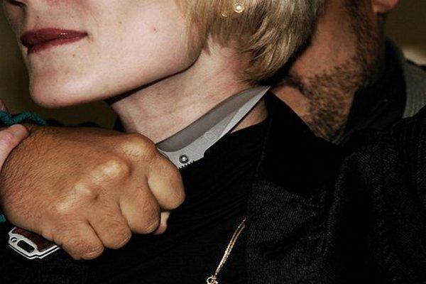 приставил нож к горлу девушки,