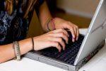мошенница в интернете,ноутбук,девушка за ноутбуком,