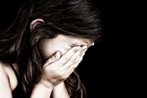девочка плачет,закрыла лицо ладонями,