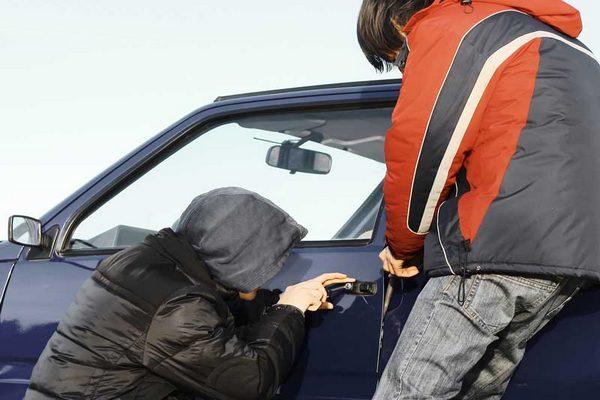 несовершеннолетний угонщики,дети автоугонщики,воруют из автомобиля,