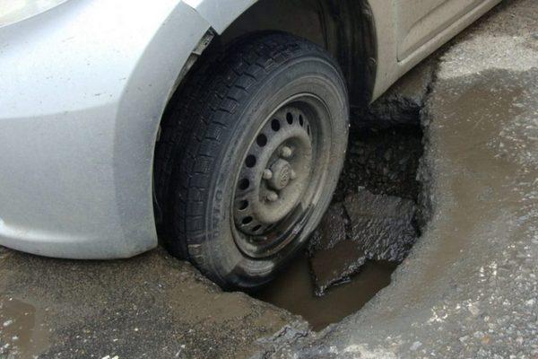 яма на дороге,колесо в яме,