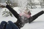 играть в снежки,кидаться снегом,