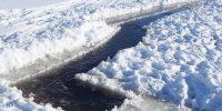 Лёд пилят — брызги летят
