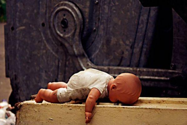 Женщину, которая выбросила новорождённую дочь в мусорный контейнер, арестовали