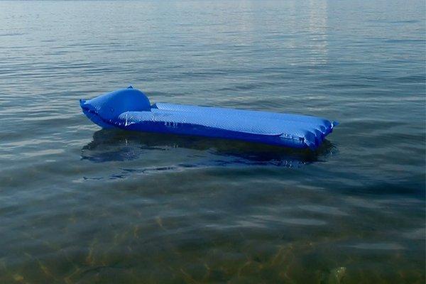 В районе третий день ищут пропавшую на озере женщину, заплывшую на матрасе на середину