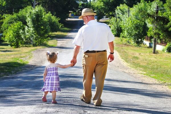 Кому из пенсионеров положена доплата за внуков и как её получить?