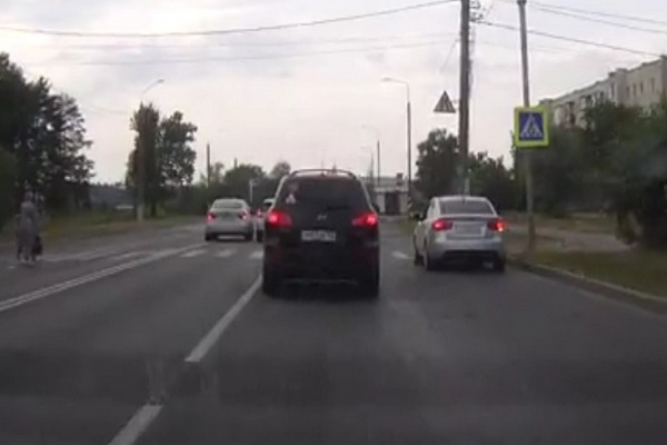 Real-video: таксист на полном ходу сбил девушку на пешеходном переходе. 18+