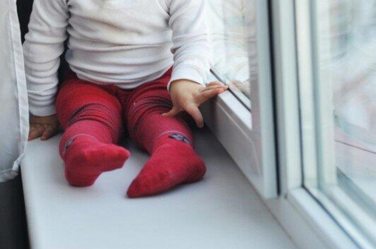 Полуторагодовалая девочка выпала из окна