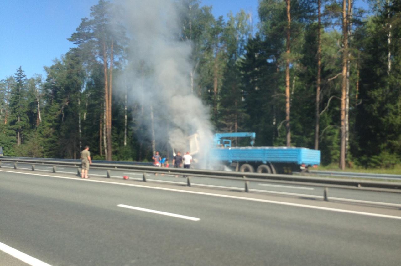 Горящий на трассе грузовик тушили проезжавшие мимо водители