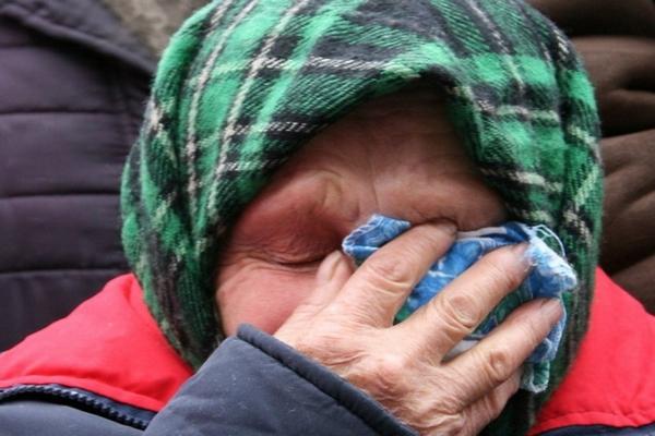 старушка плачет,