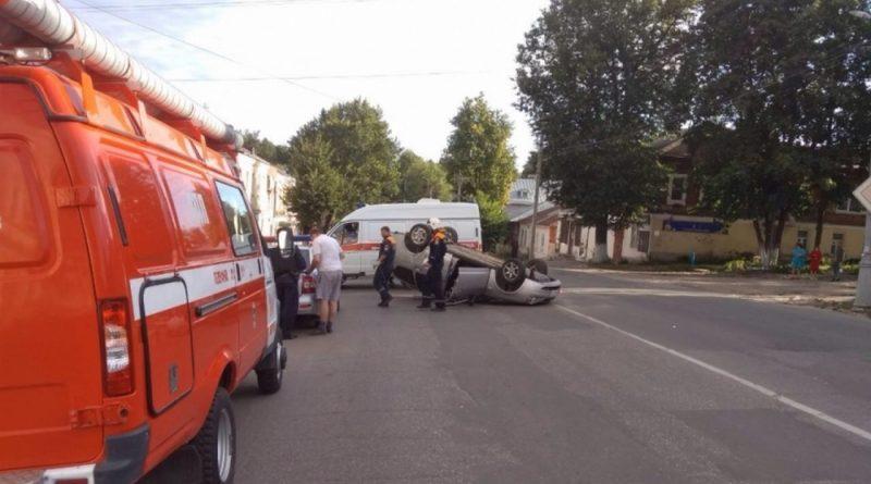 На перекрёстке столкнулись две легковушки, одна из них перевернулась