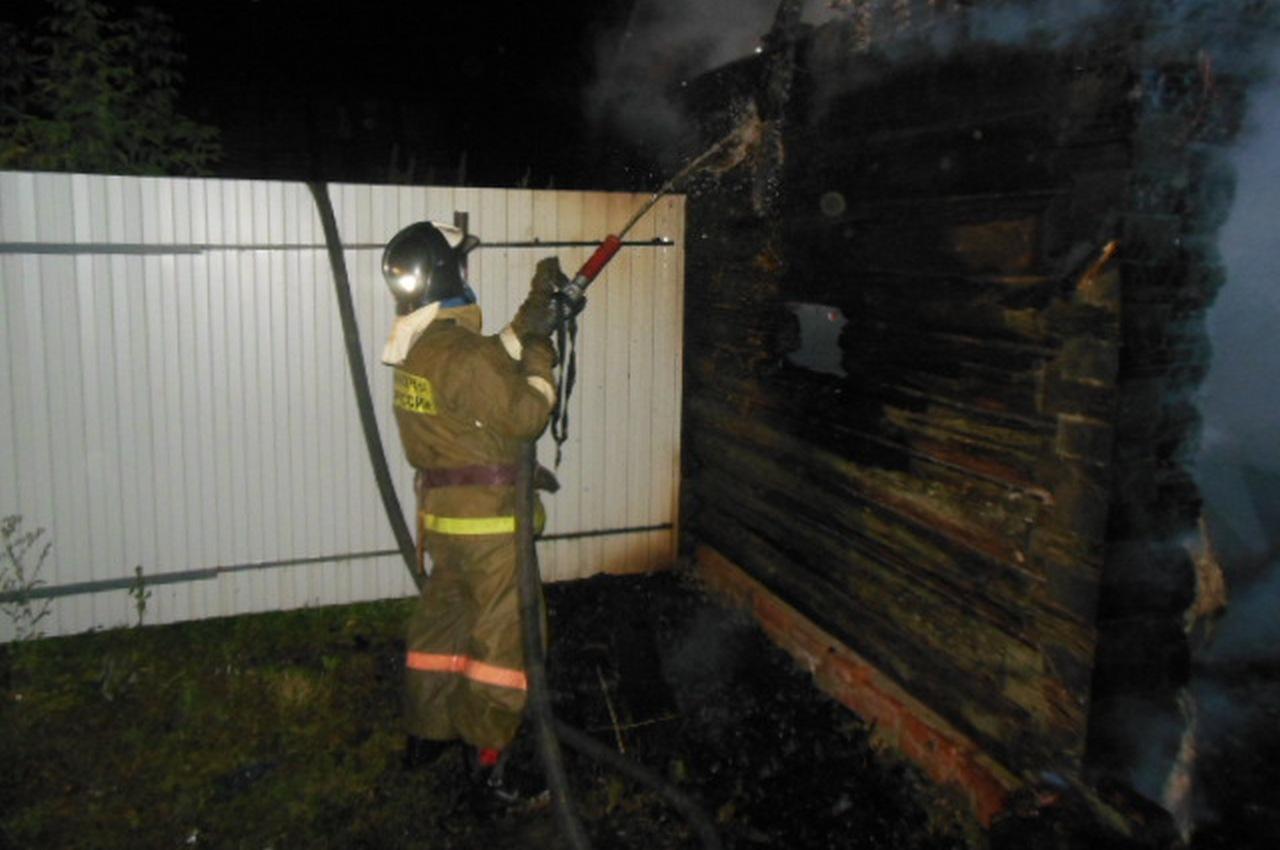 Полуночный пожар в бане тушили 6 человек